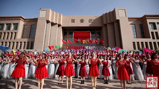 11月7日千名學生鳴沙山下 月牙泉畔 激情放歌 為祖國點贊